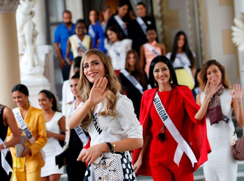 Angela Ponce con le altre finaliste