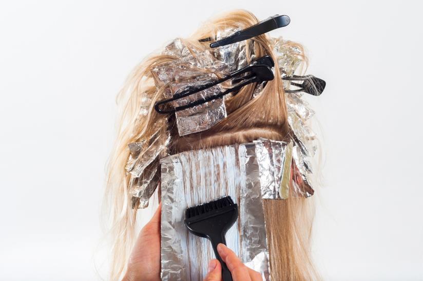 Tinta applicata sui capelli biondi.