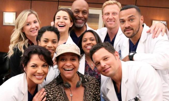 Un folto gruppo di attori sul set di Grey'S Anatomy