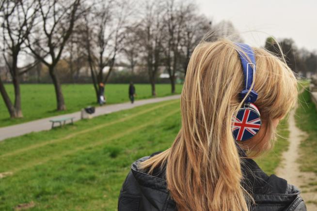 Ragazza indossa cuffie con la bandiera inglese