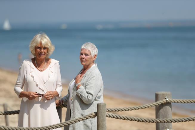 La duchessa di cornovaglia sull'isola di Wight con Judi Dench