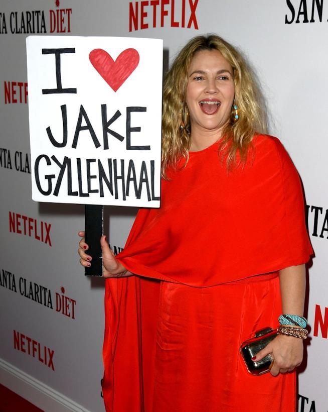 Drew Barrymore si scusa con Jake Gyllenhaal alla première di Santa Clarita Diet 2
