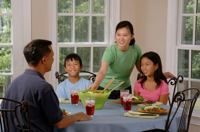 Famiglia a tavola.