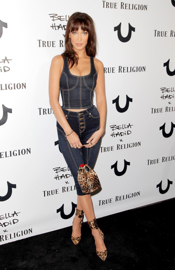 Il look di Bella Hadid con borsa e scarpa leopardata