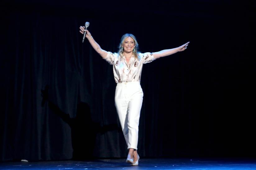 Hilary Duff sul palco Disney D23 EXpo 2019