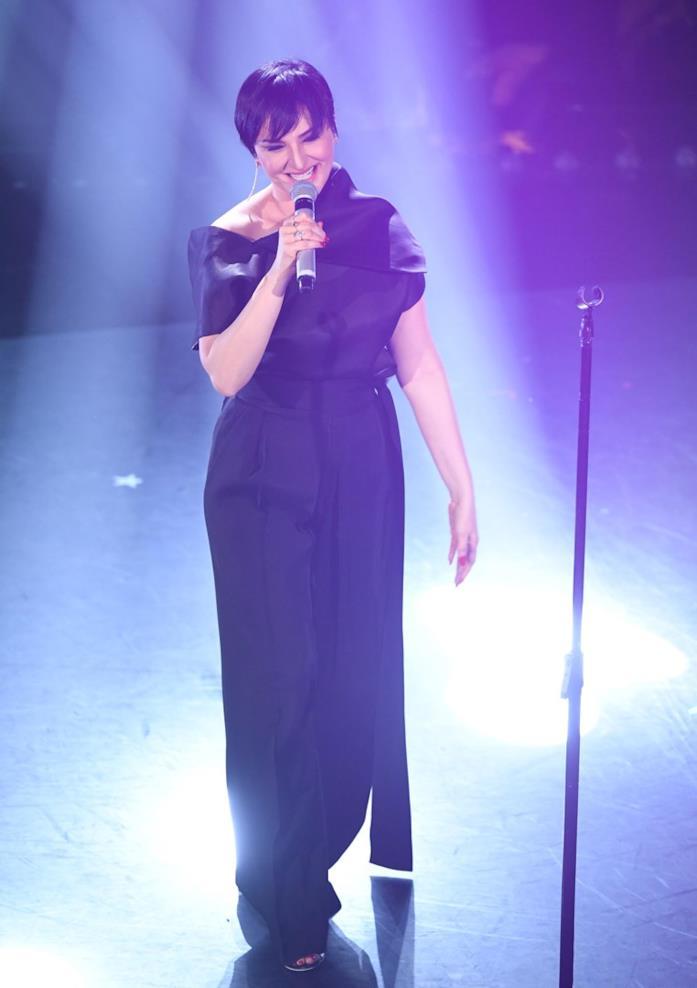 Arisa sfoggia una tuta jumpsuit nera