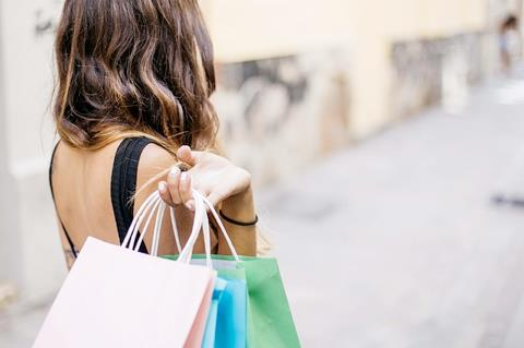Ragazza con shopper colorate