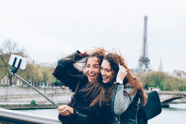 Amiche che scattano un selfie