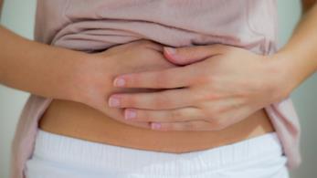 Il ventre dolorante di una donna con dolori mestruali