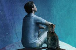 Un uomo e un gatto a guardare il cielo