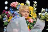 La sfilata di Moschino: Gigi Hadid tra i fiori