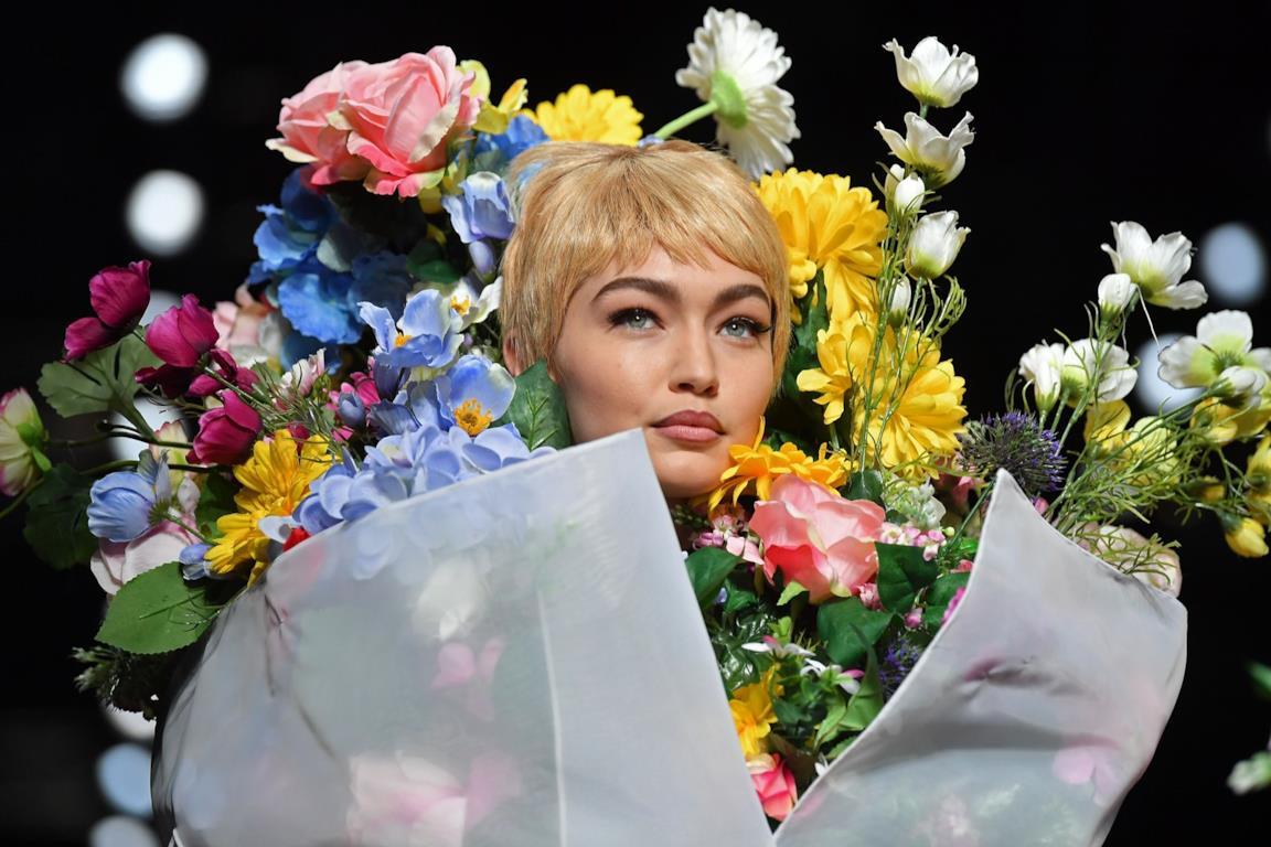 3930c1794278 Milano Fashion Week  la sfilata di Moschino tra fiori