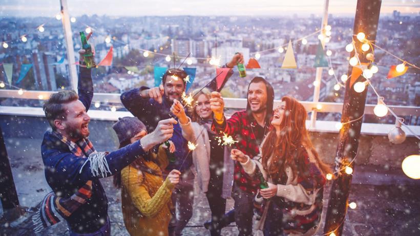 Amici che festeggiano Capodanno