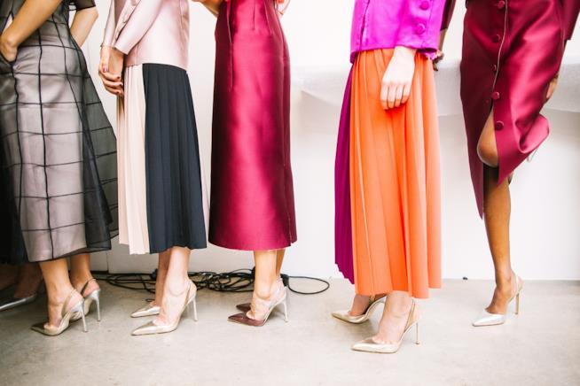 Donne che indossano tacchi alti
