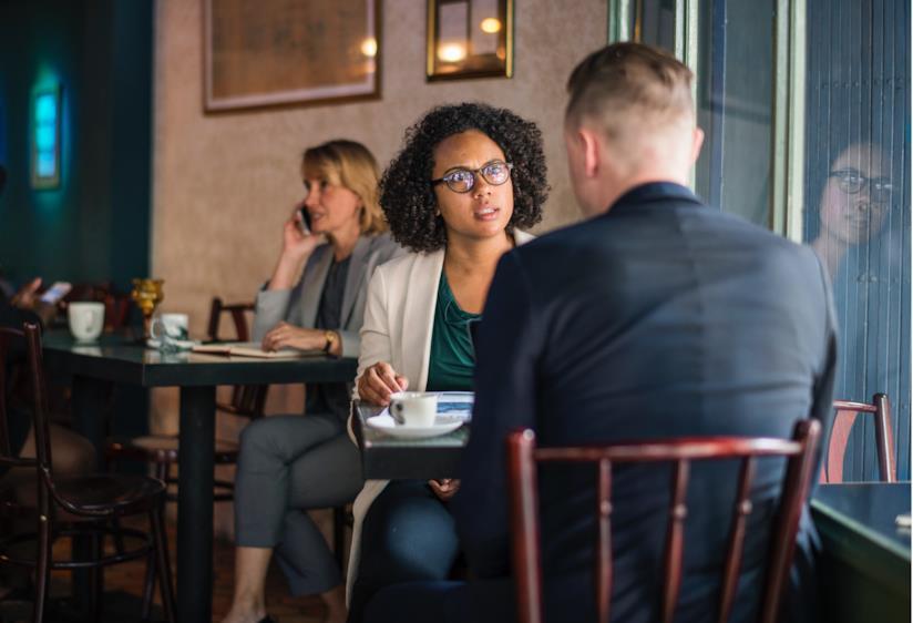 Una coppia discute a un tavolo