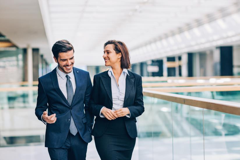 Un uomo e una donna d'affari parlano