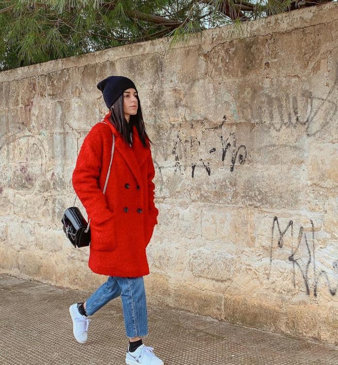Elisabetta Laterza in un outfit casual con cappotto rosso