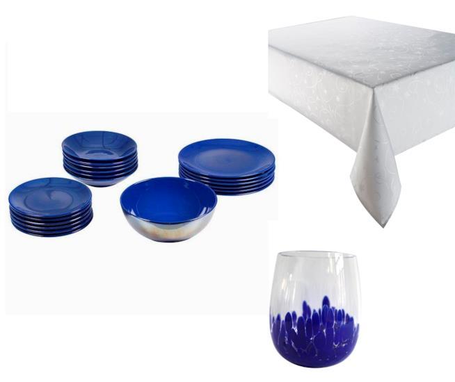 Tovaglia bianca, piatti e bicchieri blu