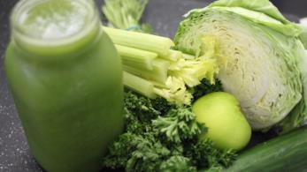 Gli ingredienti per un succo di verdure e frutta