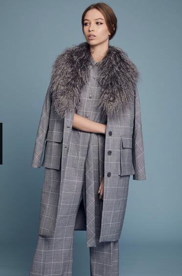 Un completo grigio Lela Rose alla New York Fashion Week 2018