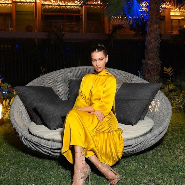 L'abito giallo di Bella all'inaugurazione del nuovo resort Bulgari