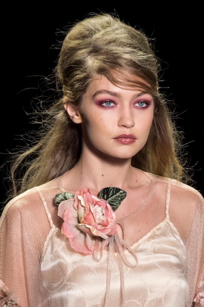 Gigi Hadid, capelli cotonati