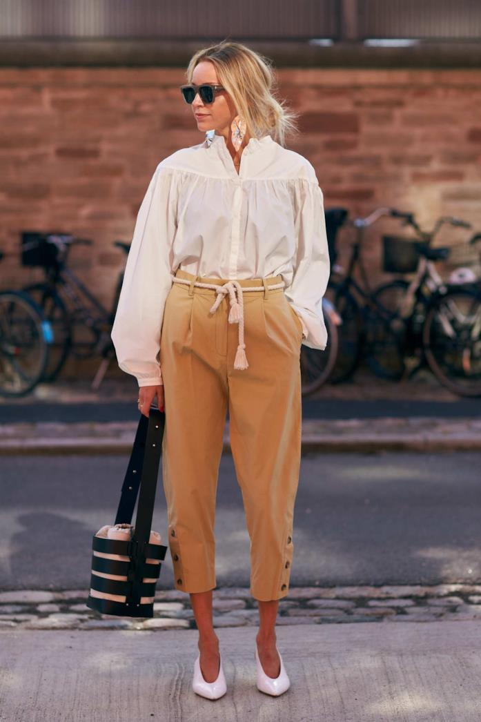 Camicia, pantaloni bianchi, décolleté e secchiello in pelle