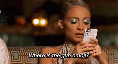 Una ragazza sta mandando messaggi su whatsapp con le emoji