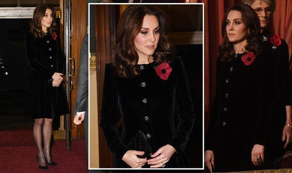 La duchessa di Cambridge con un cappotto in velluto blu
