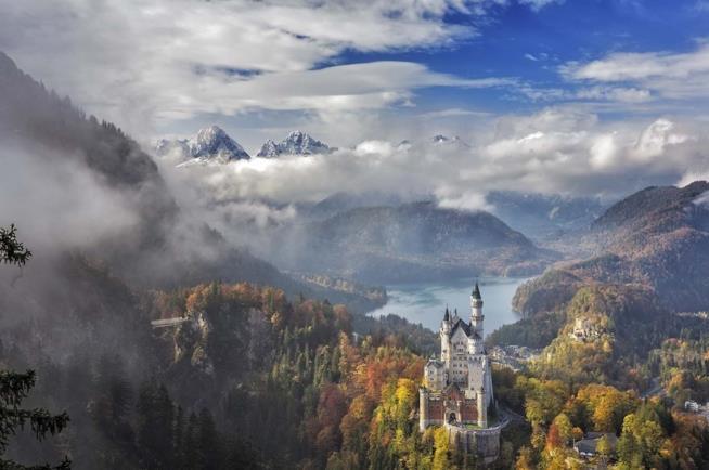 Il castello di Neuschwanstein in Baviera visto dall'alto