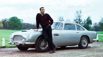 James Bond davanti all'Aston Martin