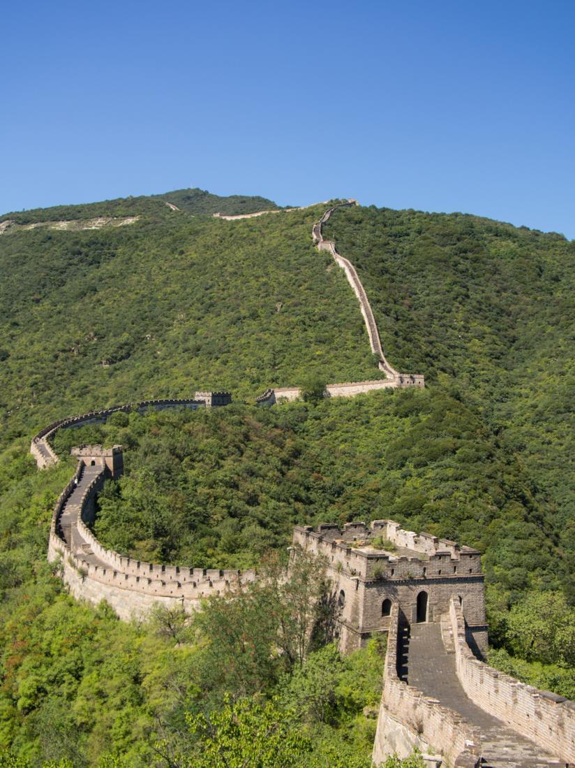 paesaggio di parte della Grande Muraglia Cinese immersa nel verde