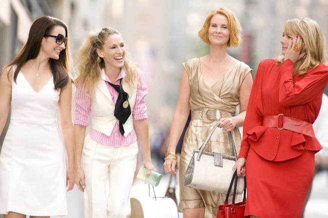 Charlotte, Carrie, Miranda e Samantha parlano e ridono per strada