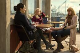Madeline, Jane e Celeste chiacchierano al bar