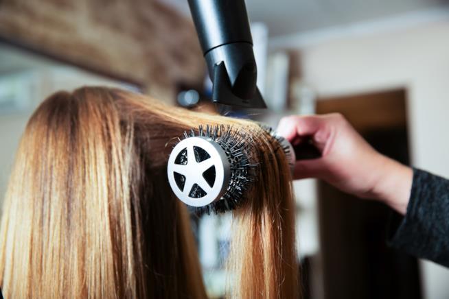 Un parrucchiere fa una piega