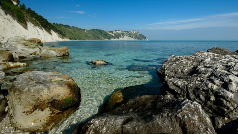 L'acqua limpida della Baia di Portonovo, Riviera del Conero