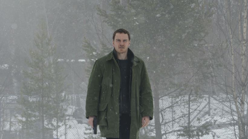 Michael Fassebender in una scena del film The Snowman