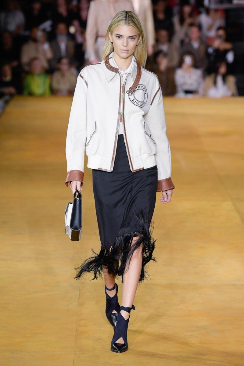Kendall Jenner sfila per BURBERRY Primavera Estate 2020 Londra
