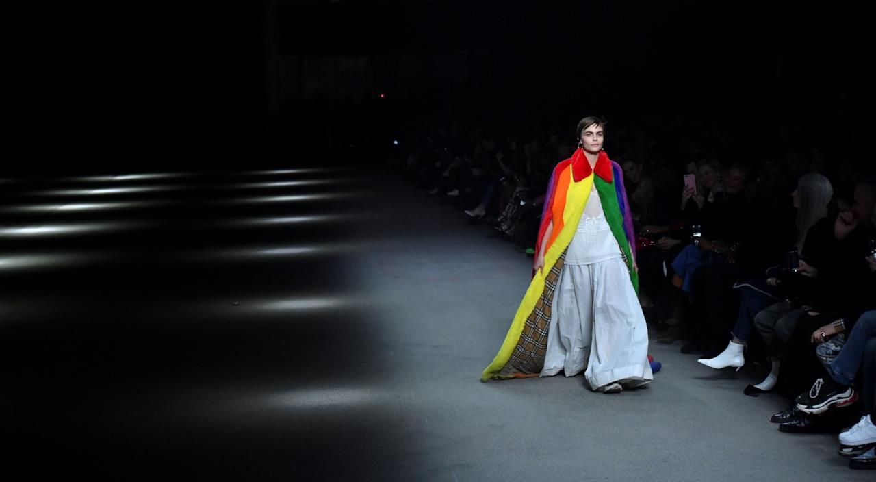 Cara Delevingne sulla passerella Burberry con outfit bianco e arcobaleno