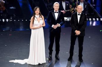 Virginia Raffaele in un abito da dea greca per la terza serata di Sanremo