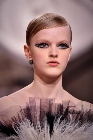 Ciglia molto allungate e caricate nella sfilata Dior.