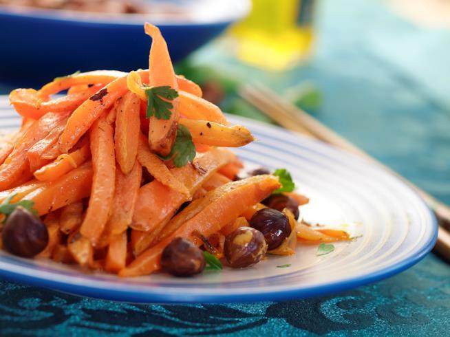 Primo piano di un piatto di carote con nocciole