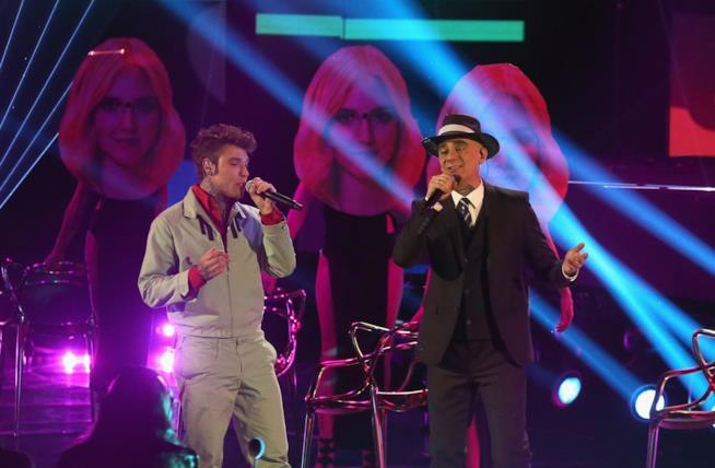 Fedez con J AX sul palco di X Factor 2017, cartonati di Chiara Ferragni alle loro spalle