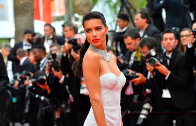 Adriana Lima sul red carpet di Cannes