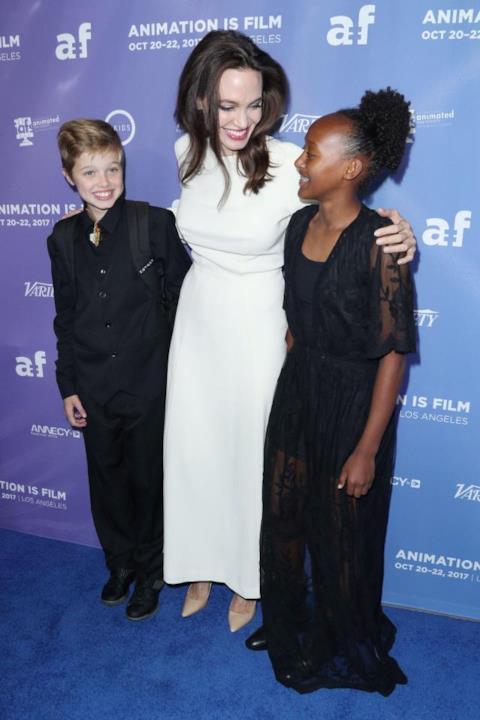 Angelina Jolie sorridente con le figlie Shiloh e Zahara