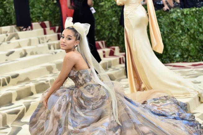 Ariana Grande sulle scale del Moma a New York per il Met Gala