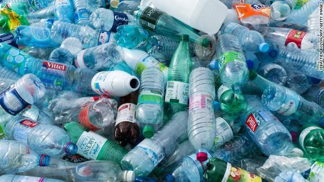 Ammasso di bottiglie di plastica