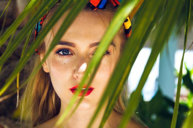 Primo piano di una giovane donna dagli occhi chiari