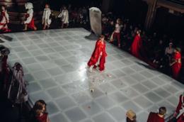 La gallery della sfilata di The Handmaid's Tale
