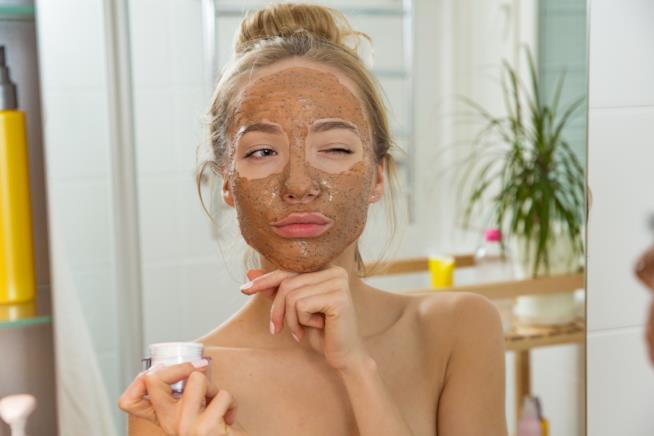 Ragazza con maschera per il viso